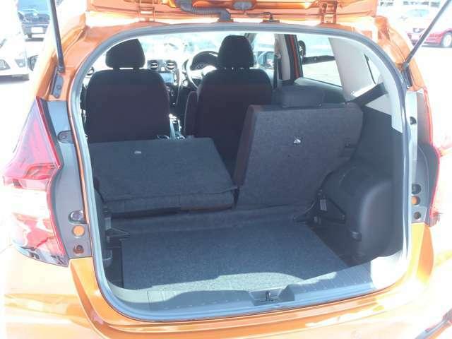 左右別々に倒せるリアシートは 人数や荷物に合わせた自在なアレンジが可能