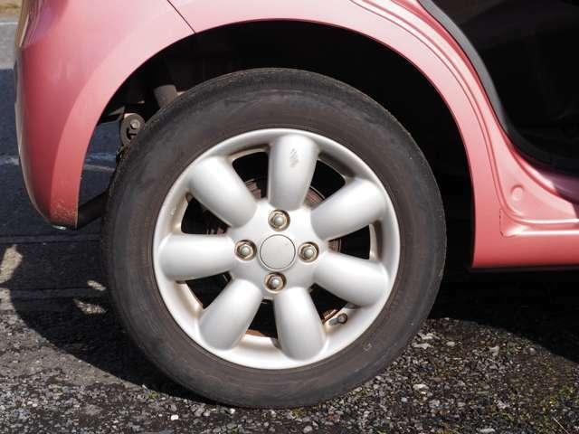 タイヤはそろそろ交換したほうが良いと思います。交換はできるだけ国内タイヤメーカー製がいいと思います。安い輸入タイヤもありますがそれなりです。アルミホイール付です。