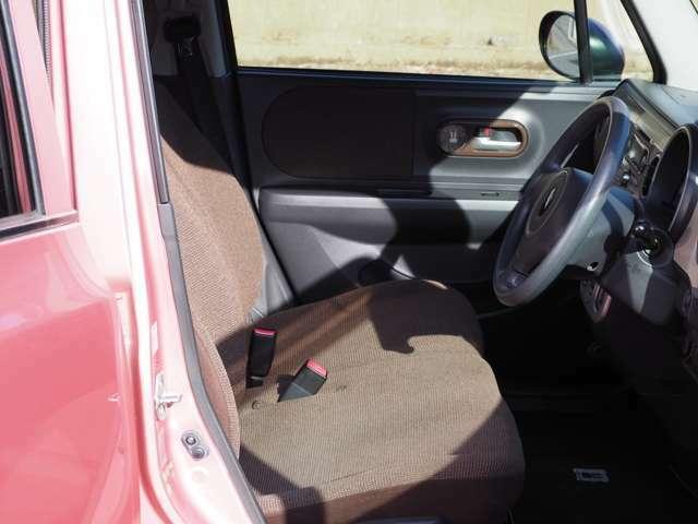 運転席シートにはやや使用感がありますが破れやほつれもなくきれいです。シートの色がいいのかそもそも汚れがめだちません。