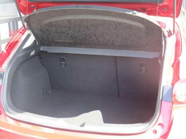 広くて深いトランクスペース 大型のスーツケースがスッポリ入る大容量サイズです♪