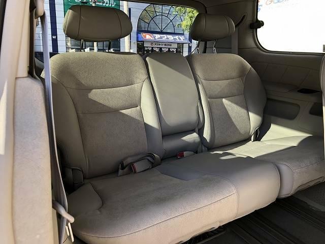 サードシートは大人二人が乗っても十分なスペースが確保されております。