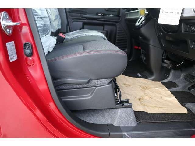 運転席シートリフターで自分サイズに合わせてドライピンクポジションが調整できます。