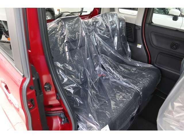 全てのシートに前後の位置を別々に調整できる独立型シートスライドを装備