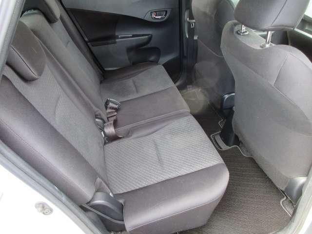 後部座席は足元広々。ゆったりとくつろげます。