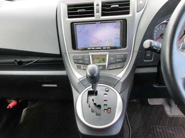 シフトレバーも使いやすい位置で運転楽々