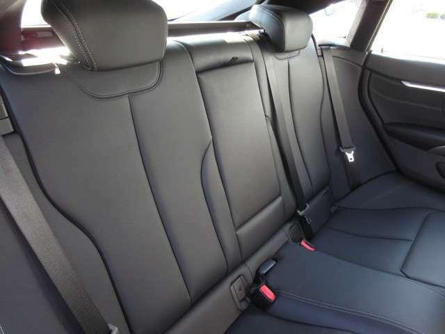 後席は十分な広さを確保しています。