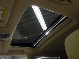 人気装備!!【サンルーフ】開放的なルーフからは、爽やかな風や温かい陽の光が車内に差し込みます。