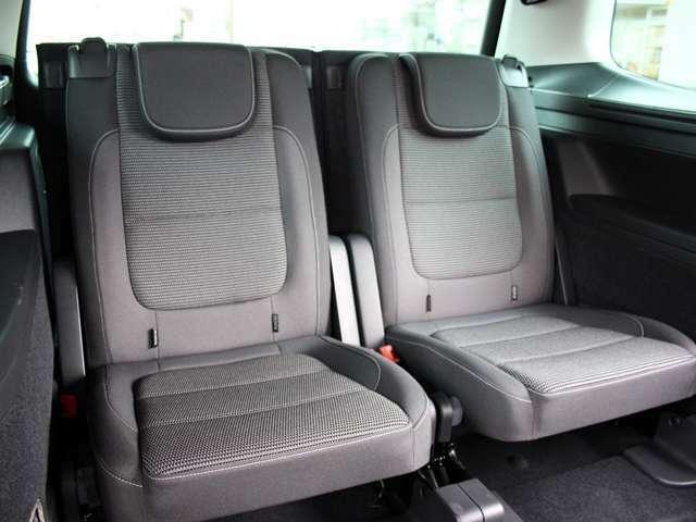 3列目シートは2人掛けです。使用感が殆ど感じられません。使用しないときは倒すことでより広い荷室が確保できます。