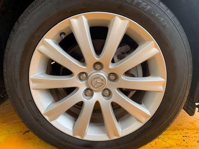 純正17インチアルミです!新品タイヤをご希望の方は遠慮なく申し付けて下さい!!