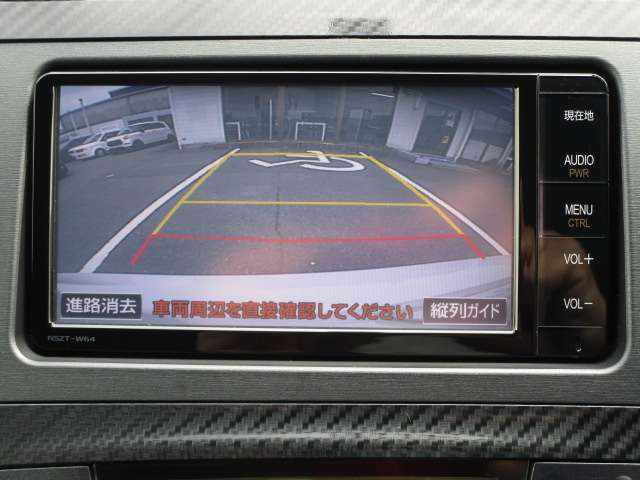 バックカメラ機能付きです!バックする際に後方の様子をカーナビのモニター上に表示してくれます。運転席にいながら、後方が確認できるので、バック駐車が、スムーズに行えます!