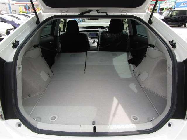 この車は荷室が独立しているので、座席のスペースを有効利用出来ます。その一方で座席を倒して広い荷室を確保することも出来ます。それにより、長さのある荷物を積むこともできますよ。