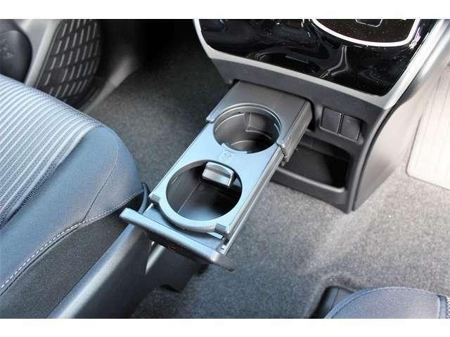 ウォークスルーなので運転席と助手席の間にコンソールがない構造☆停車中に席を移動できるメリットも♪