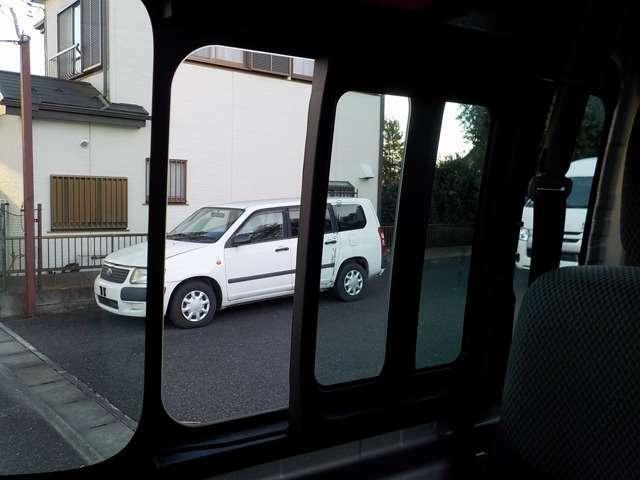 運転席側には2カ所の小窓があり、走行風を取り込むことができます!