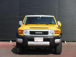 FJクル-ザ-の特徴は、丸型ヘッドランプ、オーバルグリルとTOYOTAのロゴがFJ40型ランドクルーザーを彷彿させる外観です。