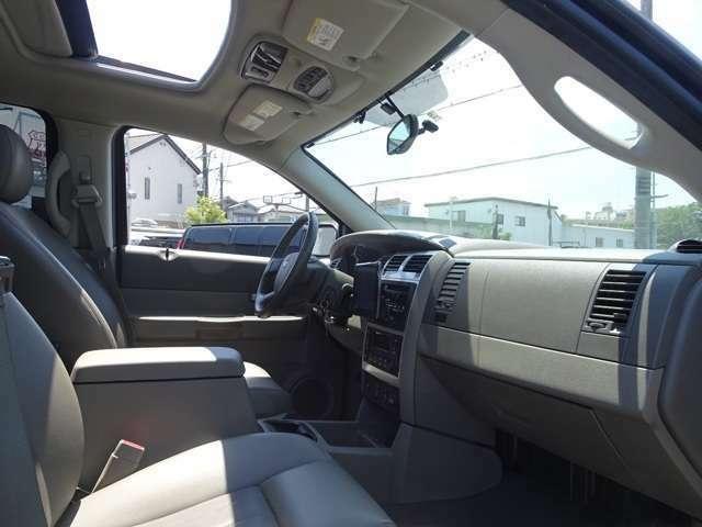 助手席側です。サンルーフもついています。きれいで広々とした車内です。