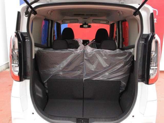 後部座席は6:4で倒れます★シートはスライド出来ますので、用途に合わせて設定できます。