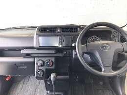 インパネはドライバーが運転しやすいように走行中の目線の動きを抑えた作りをしているそう。ドライバーの手が届きやすい位置に配置されたボタン関連もポイントです。運転に集中できる機能的なデザインが魅力的!