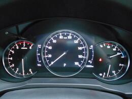視認性にも優れた3連メーターです。中央のインフォメーションディスプレイには各種車両情報を切り替えて表示して確認できるようになっております。