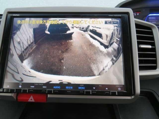 付いてて嬉しいアイテム、バックカメラついてます、バックギヤに入れるとモニターに後方が映りだされます、バックカメラは駐車や車庫いれ等にも便利にお使いただけ、より安全で安心です