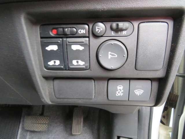 両側オートスライドドアです、雨天時や両手がふさがっていても、ドアの開閉はスマートキーからも操作出来ます、便利な機能です。