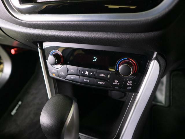 オートエアコンで運転席、助手席で設定温度を変えられます!