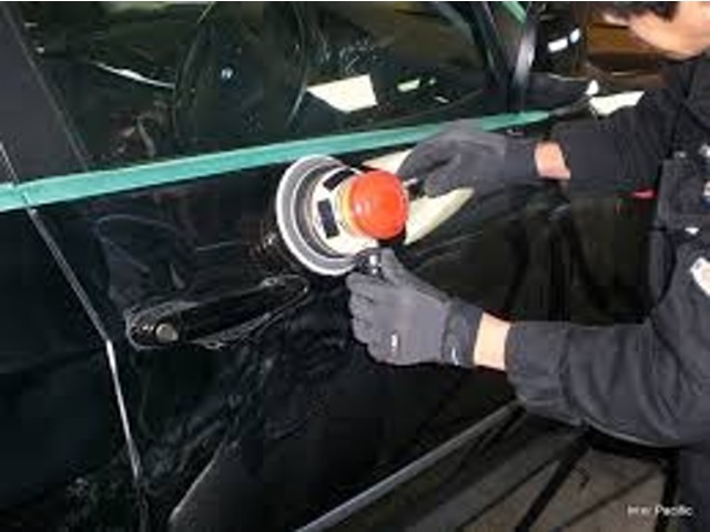 ご注文頂いた車両には、納車の前日に専門の担当者が丁寧にボディーを磨き上げます。