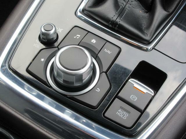 【コマンダーコントロール】回転・チルト・プッシュ操作が可能なロータリースイッチとボタンを組み合わせたユニットで、センターディスプレイに表示される項目の全てを操作できるコントローラーです。