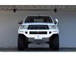 リバティウォークがデザインしたフロントバンパーは、4WDらしさ、さらにリバティウォークらしさが出ているボディKITとなります。