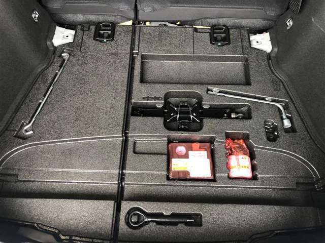 標準装備のパンク修理キットが装着されています。