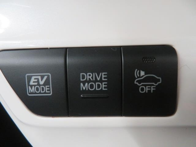 エンジンとモーター2つのパワー源を持つハイブリッドならではの装備。EVスイッチを押すとモーターのみの走行が出来ますよ。 モーターのみの駆動なので静かです。