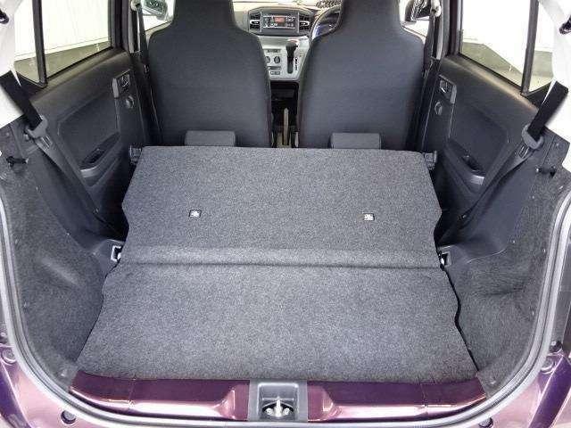後席を倒せばより大きな荷物も載せられます!