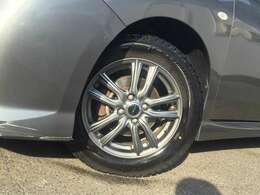 社外のアルミホイールにスタッドレスタイヤが付いています☆タイヤの残り溝も問題なしです♪