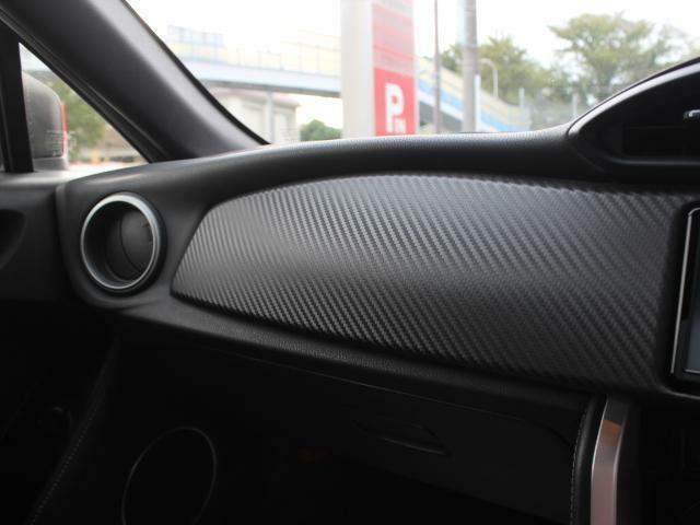 カーボン柄のパネルは車内をよりスポーティに演出しております!