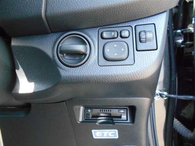 【電動格納ミラー】 スイッチ一つでサイドミラーを格納する事が出来ます! 狭い駐車場などで、傷を付けられるのが怖い時格納しておくと、ちょっと安心ですね☆