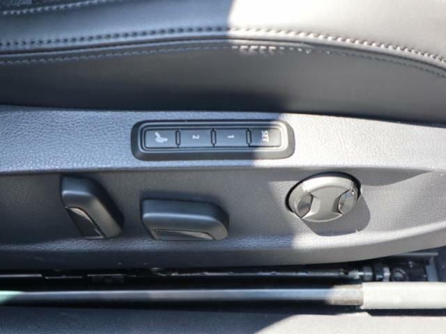運転席シートには2人までシートポジションを記憶できるメモリー機能+マッサージ機能も装備しております。
