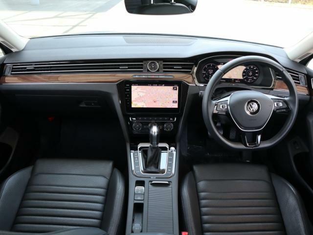 上級車のムードが存分に味わえるインテリア。ブラックを基調した内装は質の高いレザーシート、ウッドパネルによってさらに高級感を増しております。