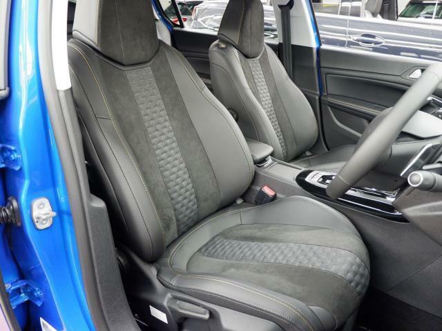サイドサポートが大きく張り出し、ホールド性の良いフロントシート。フルLEDヘッドライトを標準装備。
