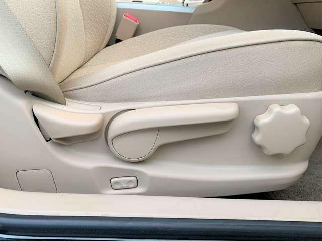 運転席はシートリフター付でシートの高さ調整も出来ます☆