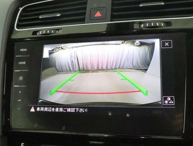 ★リアビューカメラが装備されています。ギアをリバースに入れると車両後方の映像を見ることができます。車両後方の映像とガイドラインを表示し、車庫入れなどの安全確認をサポートします。