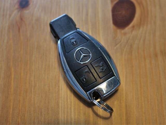 ユーティリティPKG!スマートキーも装備されていてお車の高額装備のひとつです!!カバンの中から鍵を探す手間もなくすぐに開閉できます!両手が荷物で塞がっている時や雨のときなど便利ですね!