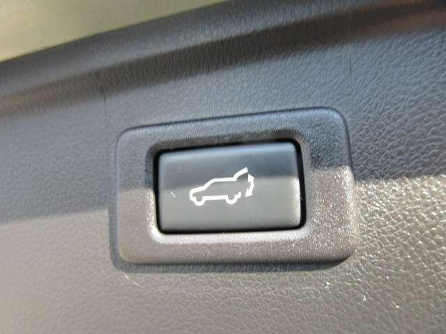 電動リアゲート機能付き♪ リアゲートにスイッチが搭載されており、簡単ワンタッチ操作でリアゲートを閉めることができます♪