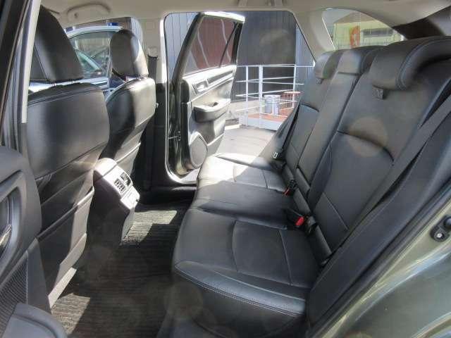 後席も使用感などなく綺麗な状態が保たれております♪ 質感の良い革シートで長距離ドライブでも快適ですね♪