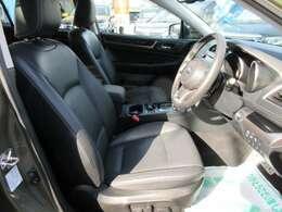 専用インテリア&専用ブラック本革シート付♪ パワーシート機能付きでお好きなポジションへ簡単操作が可能です♪ 質感の良い、革シートで長距離ドライブでも快適ですね♪