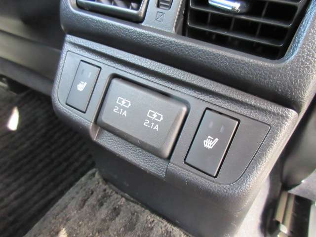 後席もシートヒーター機能付き♪ 上位グレードならではの装備になります♪ USB充電ポート2個付き♪ 純正タイプになりますので、綺麗にインストールされており、使い勝手の良い装備です♪