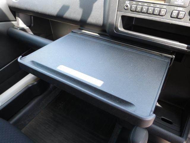 最大重量10kgの引き出し簡易テーブルです。シフトレバー操作の妨げになるので走行中の使用は出来ません。