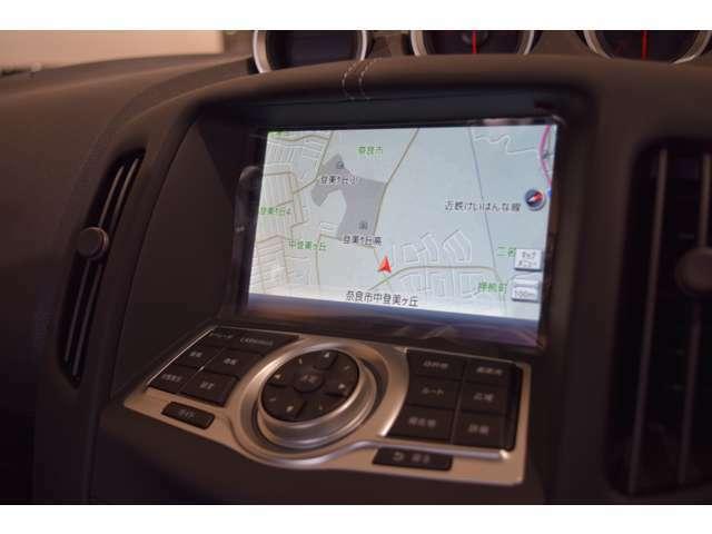 専用ナビは視界のアイポイントを考慮した位置に配置されドライブの際の視認性を確保しています