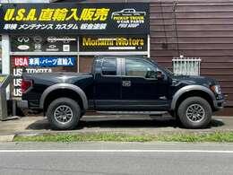 長さ558cm・幅220cm・高さ199cmフルサイズピックアップトラック。