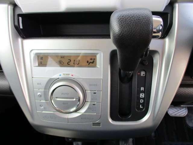 オートエアコンで好みの温度に設定すると自動で風量が変わります。