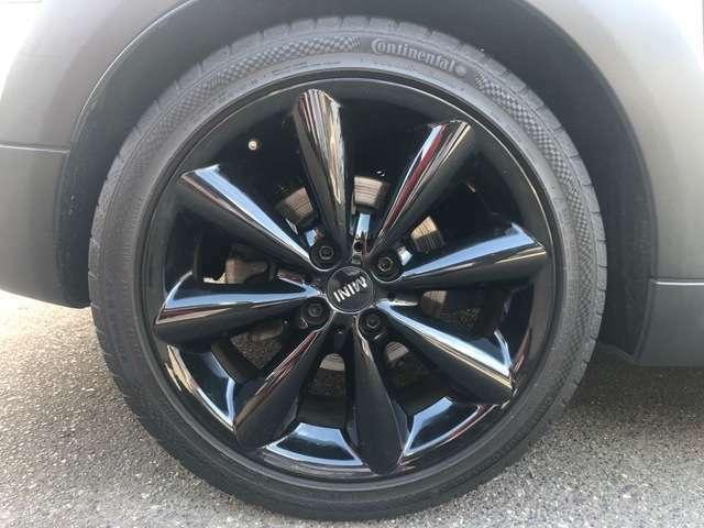 専用装備の17インチのコニカルスポークブラック・アロイホイールには、205/45R17サイズのタイヤがデフォルト装着されています。