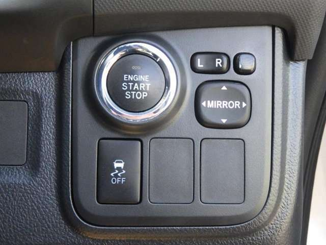 ブレーキを踏みながらスイッチを押すだけでエンジンの始動ができるスマートスタートシステム!もうカバンの中のカギを探す必要がなくなります。簡単、便利な機能です!